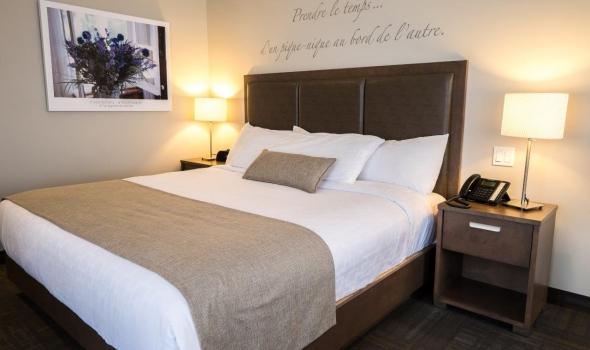 1 King Size Bed With St-Lawrence River View, Hôtel Petit Manoir du ...